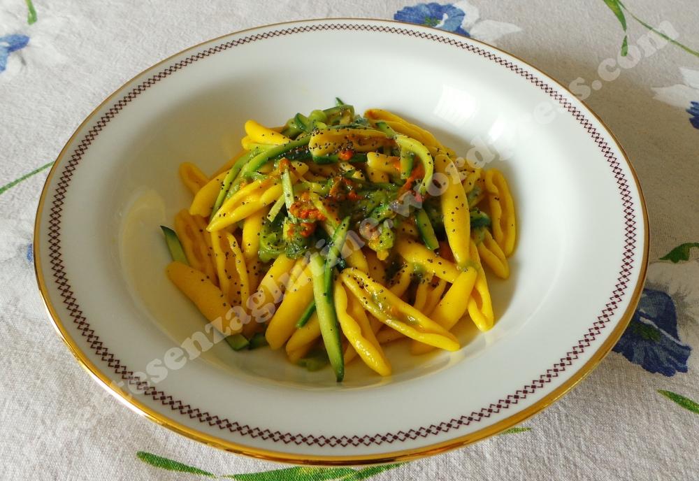 Pasta senza glutine con fiori di zucca zucchine e semi di papavero